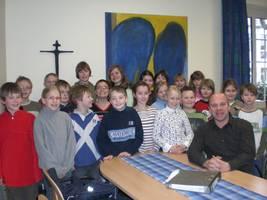 Die Klasse 4a befragt den Schulleiter Andreas Potthast zum großen Schuljubiläum