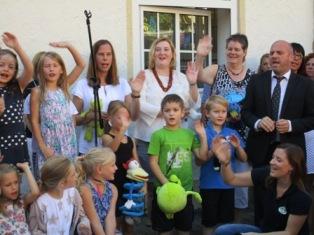 Auch die Klassenlehrerinnen und der Schulleiter durften singen.